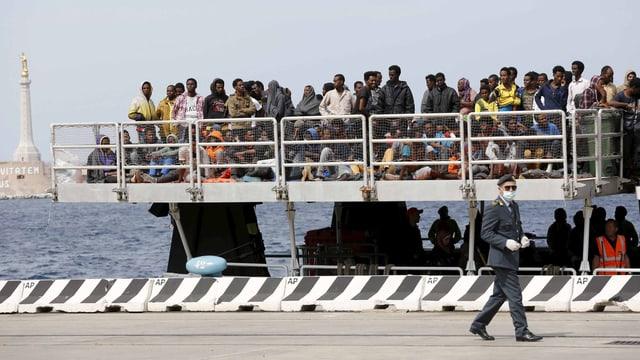Flüchtlinge warten auf einem Schiff vor Sizilien.