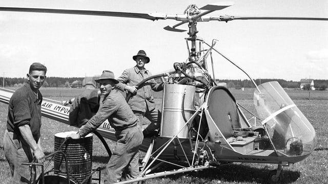 Auch in der Schweiz wurde DDT verwendet. Im Bild ein Helikopter von 1949. Damit wurden grosse Flächen mit Gesarol besprüht, das den Wirkstoff DDT enthält.