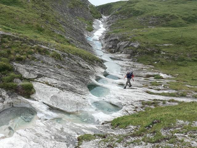Löcher mit Wasser im Fels
