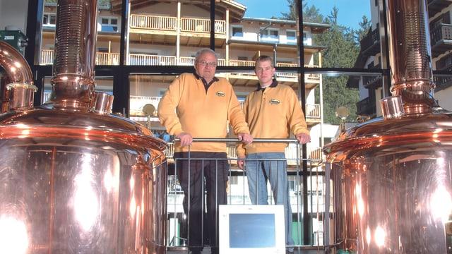 Beat Glaus (san.) ed il maister bierer Jörg Kambach en la bieraria da Flem.