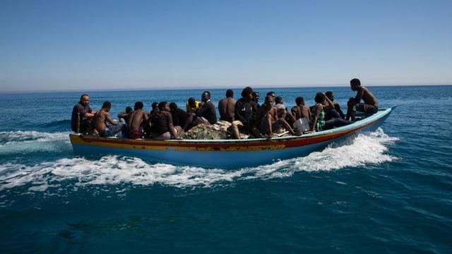 Flüchtlinge auf Boot.