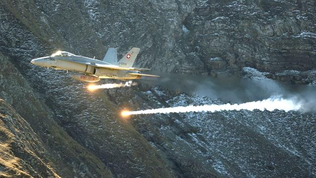 Schweizer Kampfjet Hornet bei einer Übung.