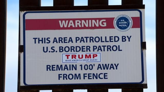 Warnhinweis an Grenzzaun zwischen USA und Mexiko.