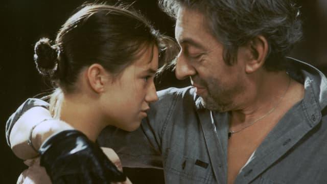 Serge Gainsbourg hält seine Tochter Charlotte im Arm.