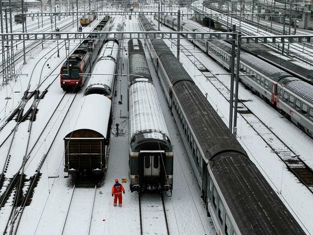 Der Hauptbahnhof in Zürich liegt unter ein dünnen Schneedecke.