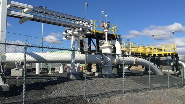 Das Ende der Pipeline, einer grossen Röhre, versinkt im Boden.