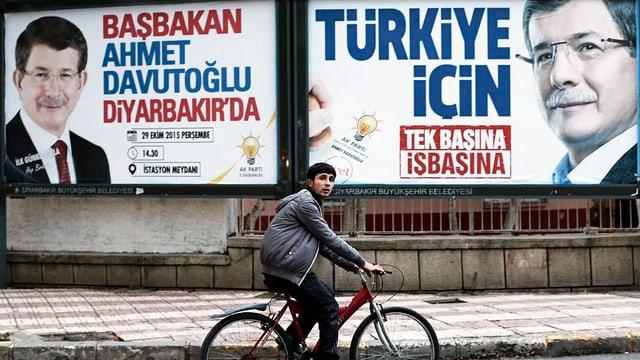 AKP-Wahlplakate in Diyarbakir