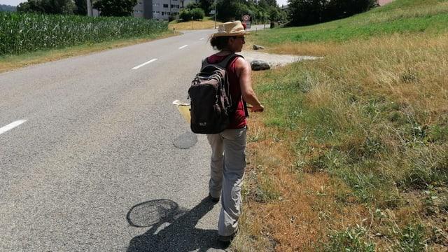 Frau läuft an Strasse entlang