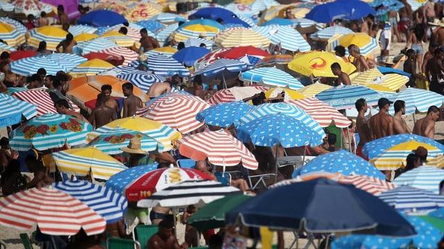 Dutzende Sonnenschirme am Strand