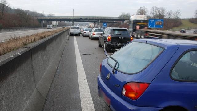 Unfallstelle auf der A2 - sechs Fahrzeuge stehen kreuz und quer auf der Autobahn