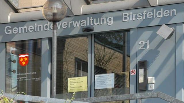 Eingang zur Gemeindeverwaltung Birsfelden, Glastüre mit dem Birsfelder Wappen.
