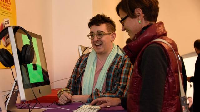 Matt Conn mit einer Frau, die ein Game spielt