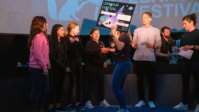 Schülerinnen auf der Bühne des LernFilm Festivals