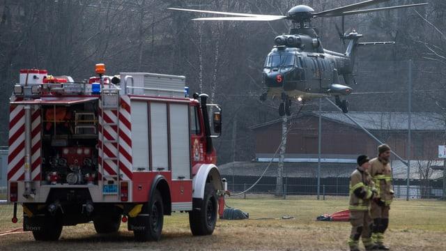 in auto da pumpiers, in helicopter da l'armada e dus pompiers stattan giun plaun