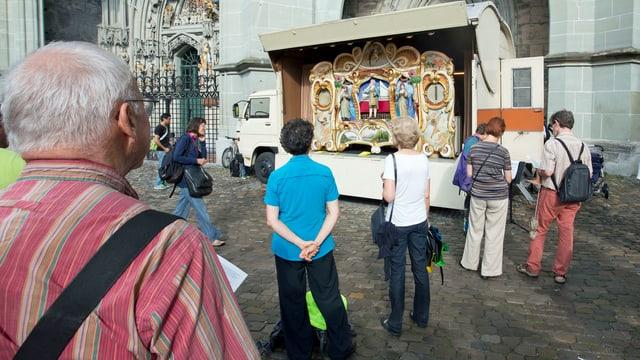 Eine grosse Orgel auf einem Lastwagen.