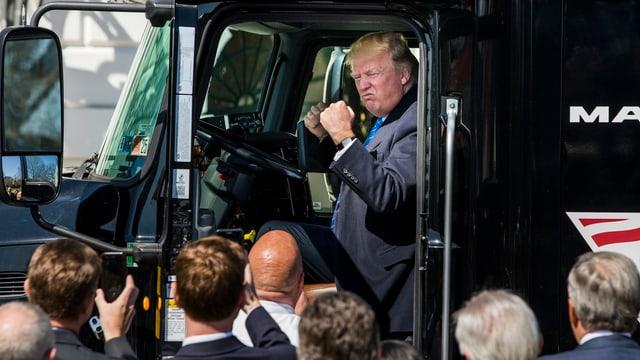 Donald Trump sitzt in einem Truck und ballt die Fäuste