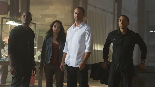Roman, Letty, Brian und Tej stehen nebeneinander