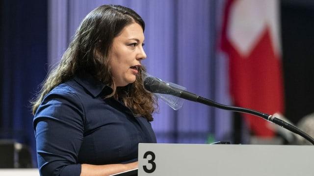 Funiciello spricht anlässlich der Sommerseession in ein Mikrofon.