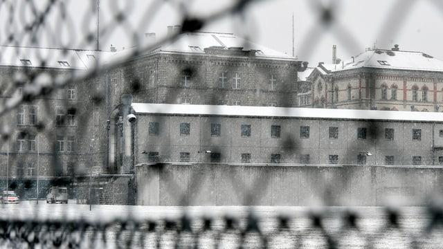 Blick von aussen durch Draht auf das Untersuchungsgefängnis Kaserne in der Stadt Zürich.