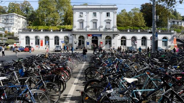 Fahrradparkplatz vor dem Bahnhof Stadelhofen