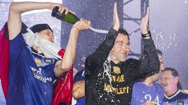 René Weiler wird mit Champagner übergossen.