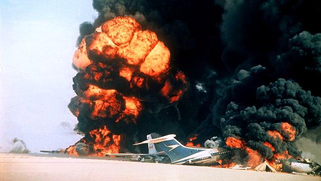 Bild eines explodierenden Flugzeugs auf einem Rollfeld in der Wüste Jordaniens.