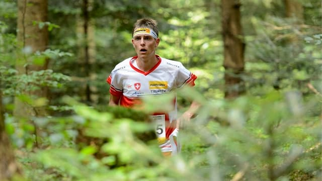 OL-Läufer Matthias Kyburz läuft durch den Wald.