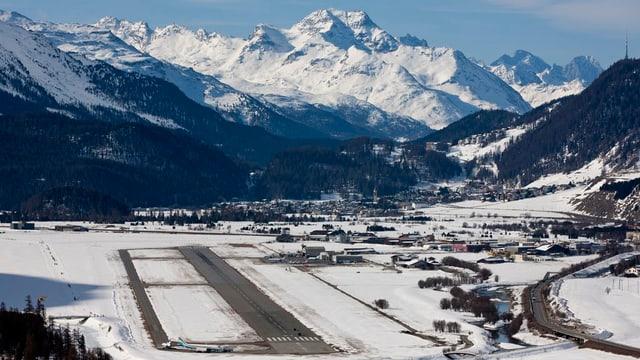 Blick von oben auf den kleinen Flugplatz im Oberengadin