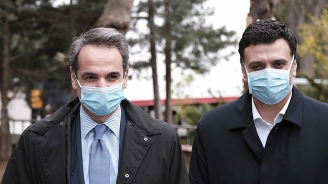 Bildmitte: Premierminister Kyriakos Mitsotakis, rechts Gesundheitsminister Vassilis Kikilias.