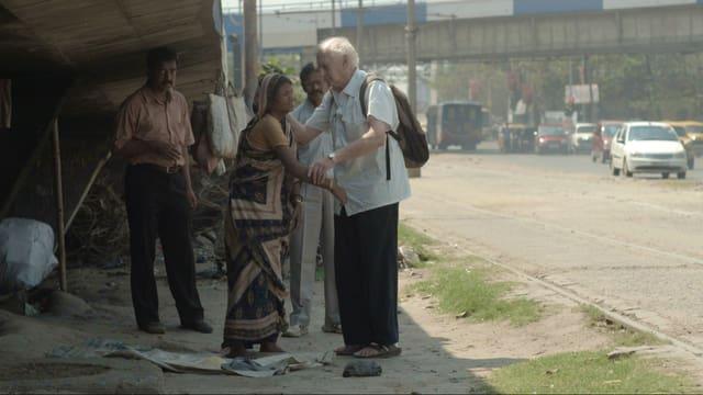 Dr. Jack Preger behandelt eine Frau auf der Strasse.