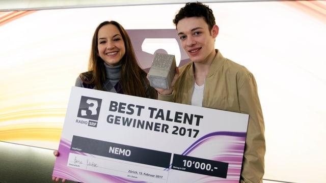 Moderatorin Hana Gadze und Nemo am Montagmorgen nach den Swiss Music Awards.