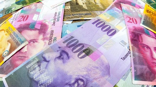 Symbolbild: Schweizer Banknoten liegen durcheinander, im Zentrum des Bildes eine Tausendernote.