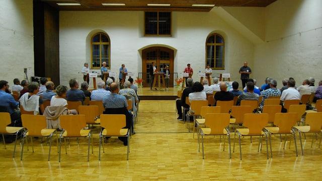 Podiumsveranstaltung in einem grossen Saal.