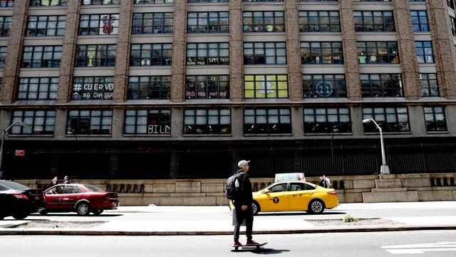 Ein Skateboarder und ein Taxi vor einem Kunstprojekt in Manhattan.