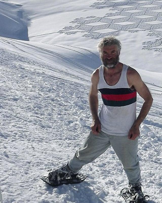 Der Brite Simon Beck steht vor einem seiner Schneekunstwerke in Les Arcs in Savoie.