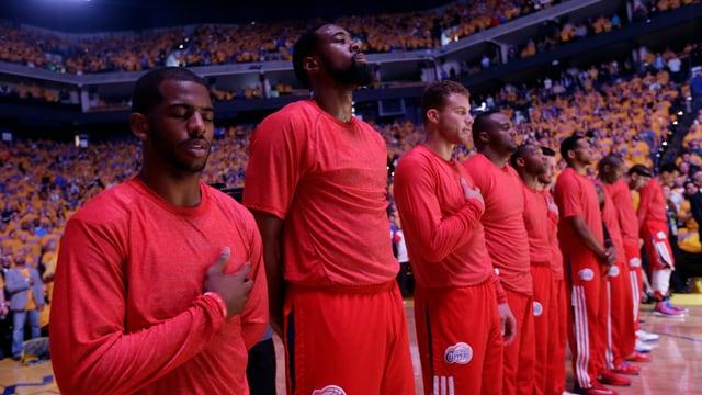 Nach den rassistischen Äusserungen ihres Klubbesitzers verbergen die Spieler der L.A.-Clippers durch umgekehrtes Tragen ihres Trikots das Klubwappen.