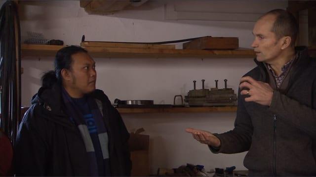 Ein Schweizer Bauer erklärt einem indonesischen die Rapsöl-Produktion