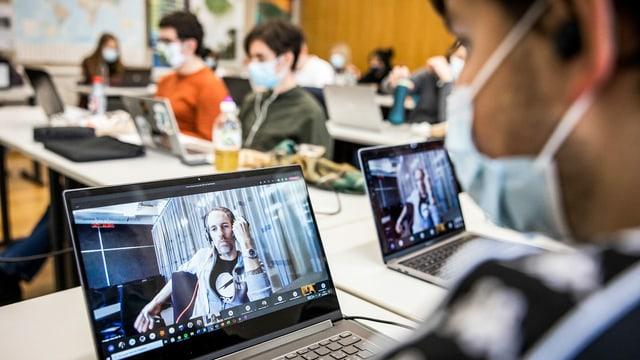 Die Klasse «Freifach politische Bildung» der Alten Kantonsschule Aarau in der Videokonferenz mit SRF-Moderator Arthur Honegger.