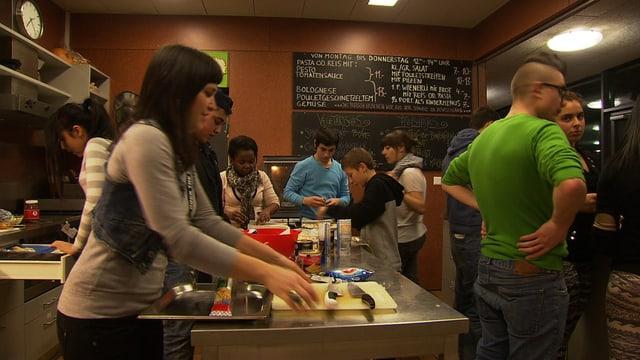 Jugendliche bei der Essensausgabe.