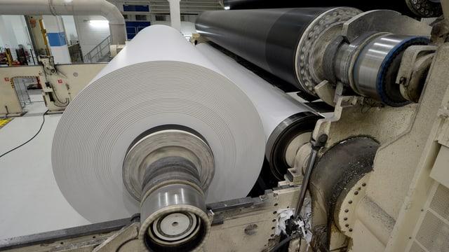 Eine Rolle Zeitungspapier in der Produktion der Chemie + Papier Holding in Perlen.