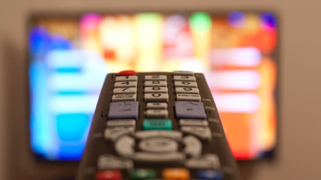 Fernbedienung und TV-Screen.