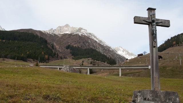 Da la Val Pulanera (sanester) e la Val Milà (dretg) pon lavinas vegnir giuadora.