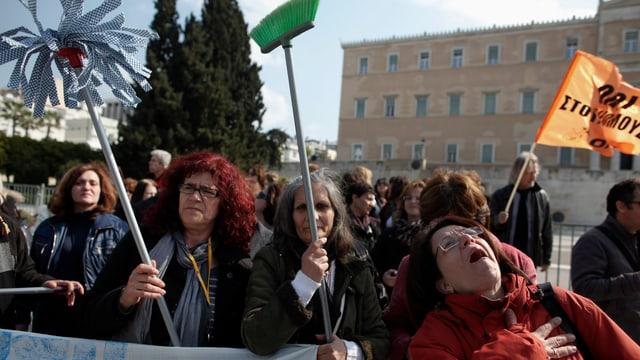 Griechische Putzfrauen demonstrieren vor dem Finanzministerium.