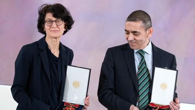 Ugur Sahin und seine Frau Özlem Türeci anlässlich der Verleihung des Großen Verdienstkreuzes mit Stern am 19. März 2021 im Schloss Bellevue in Berlin.