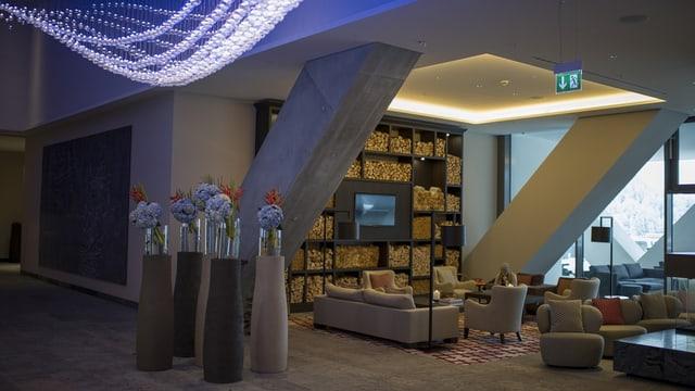 In'entrada luxuriusa cun canapés e maisas.