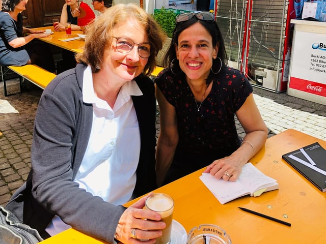 Larissa Bender und Annette König in einer Arbeitssitzung