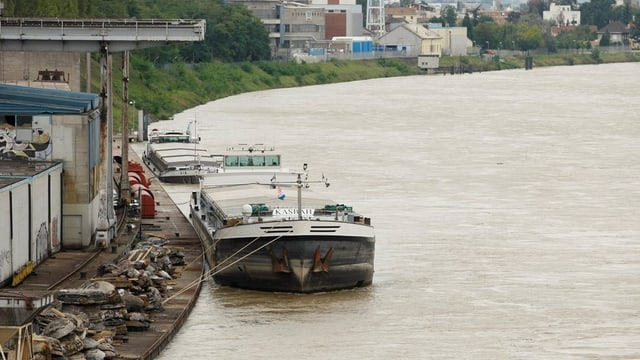 Das Frachtschiff Kasimir liegt im Rheinhafen Basel zwangsweise vor Anker - 2008 war der Rhein wegen Hochwasser gesperrt.
