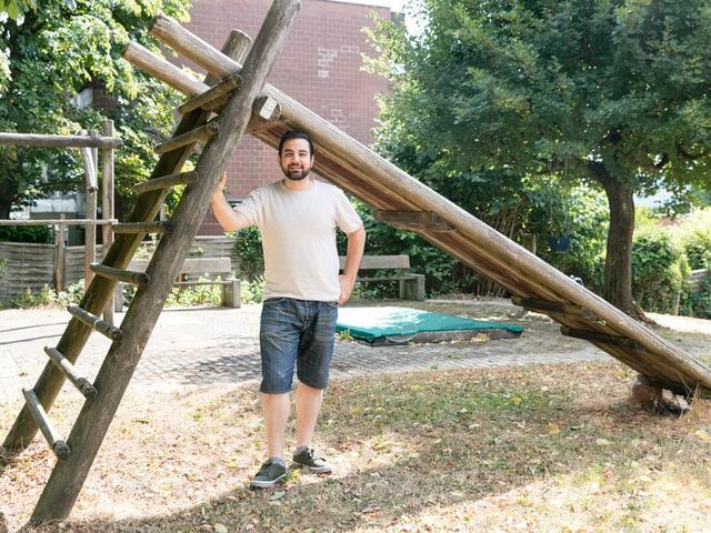 Ein junger Mann mit Shorts auf einem Spielplatz.