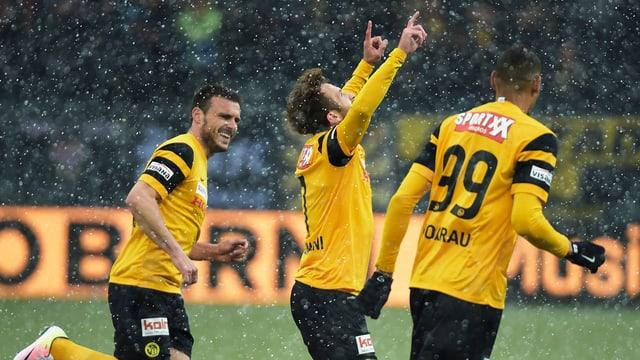 Ils giugaders da YB Milan Gajic, il goli Miralem Sulejmani e Guillaume Hoarau (da san.) giubileschan suenter l'emprim gol.