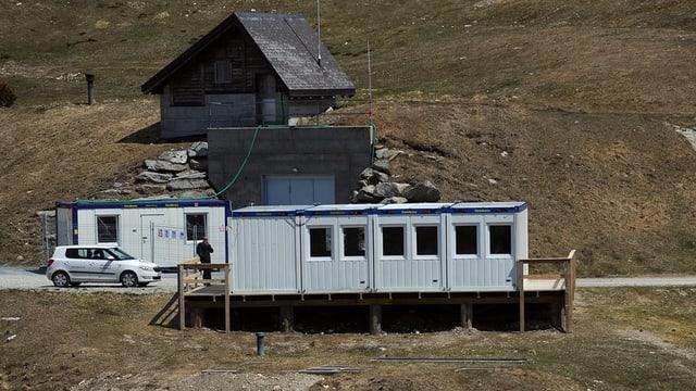 Der alte Militärbunker im Hintergrund. Eine Baracke im Vordergrund.